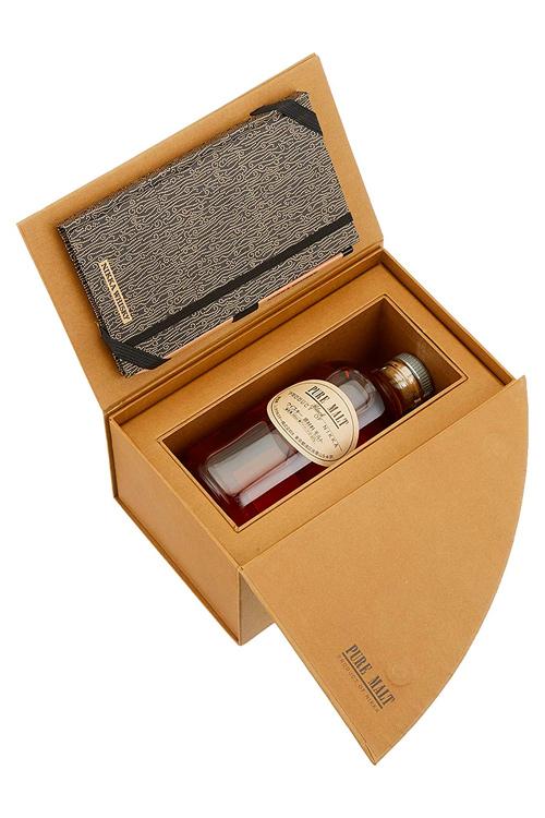 Nikka Pure Malt Black Single Malt Whisky mit Notizbuch